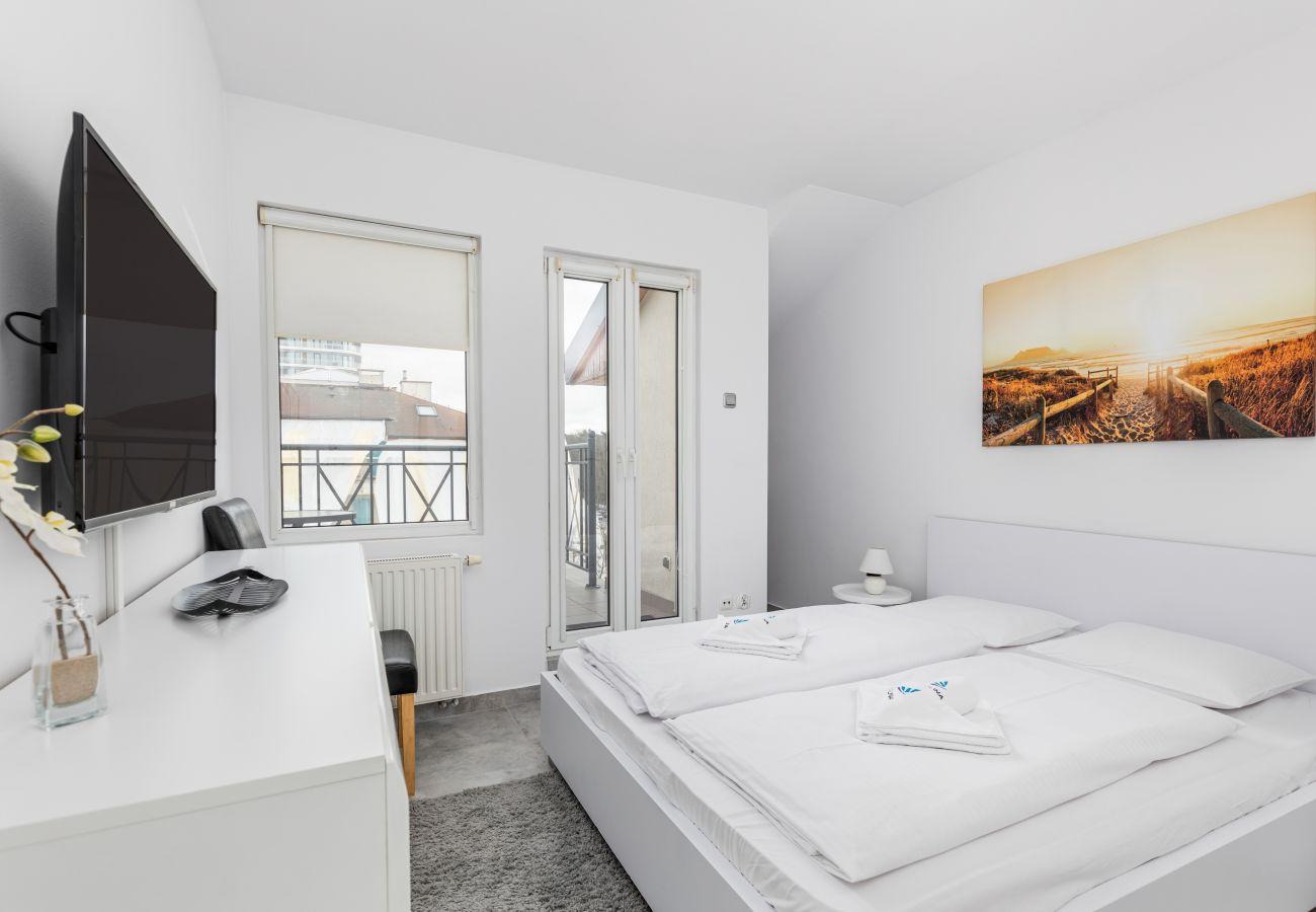 Ferienwohnung, Apartment, Miete, Zimmer, Bett, Nachttisch, Nachtlampe, Fenster, Balkon, Bild