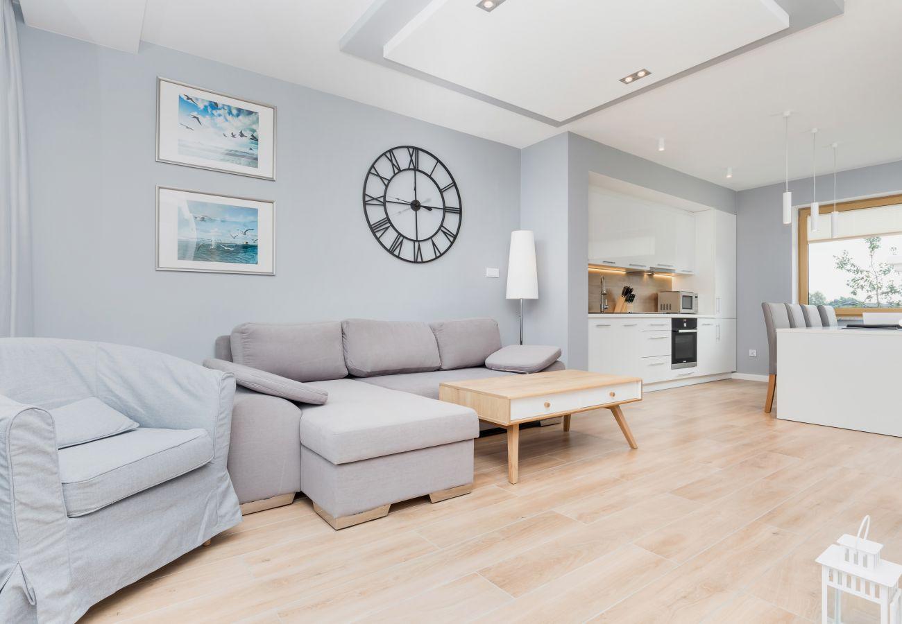 Sofa, Liege, Uhr, Lampe, Essbereich, Esstisch, Stühle, Küchenzeile, Backofen, Mikrowelle, Fenster