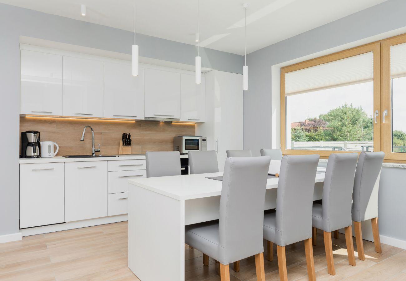Essbereich, Esstisch, Stühle, Küchenzeile, Kaffeemaschine, Wasserkocher, Spüle, Mikrowelle, Herd, Backofen