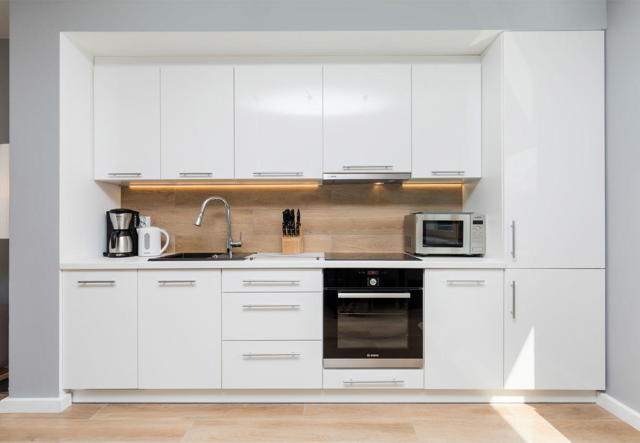 Küchenzeile, Backofen, Mikrowelle, Spüle, Kaffeemaschine, Wasserkocher, Messer, Herd, Kühlschrank