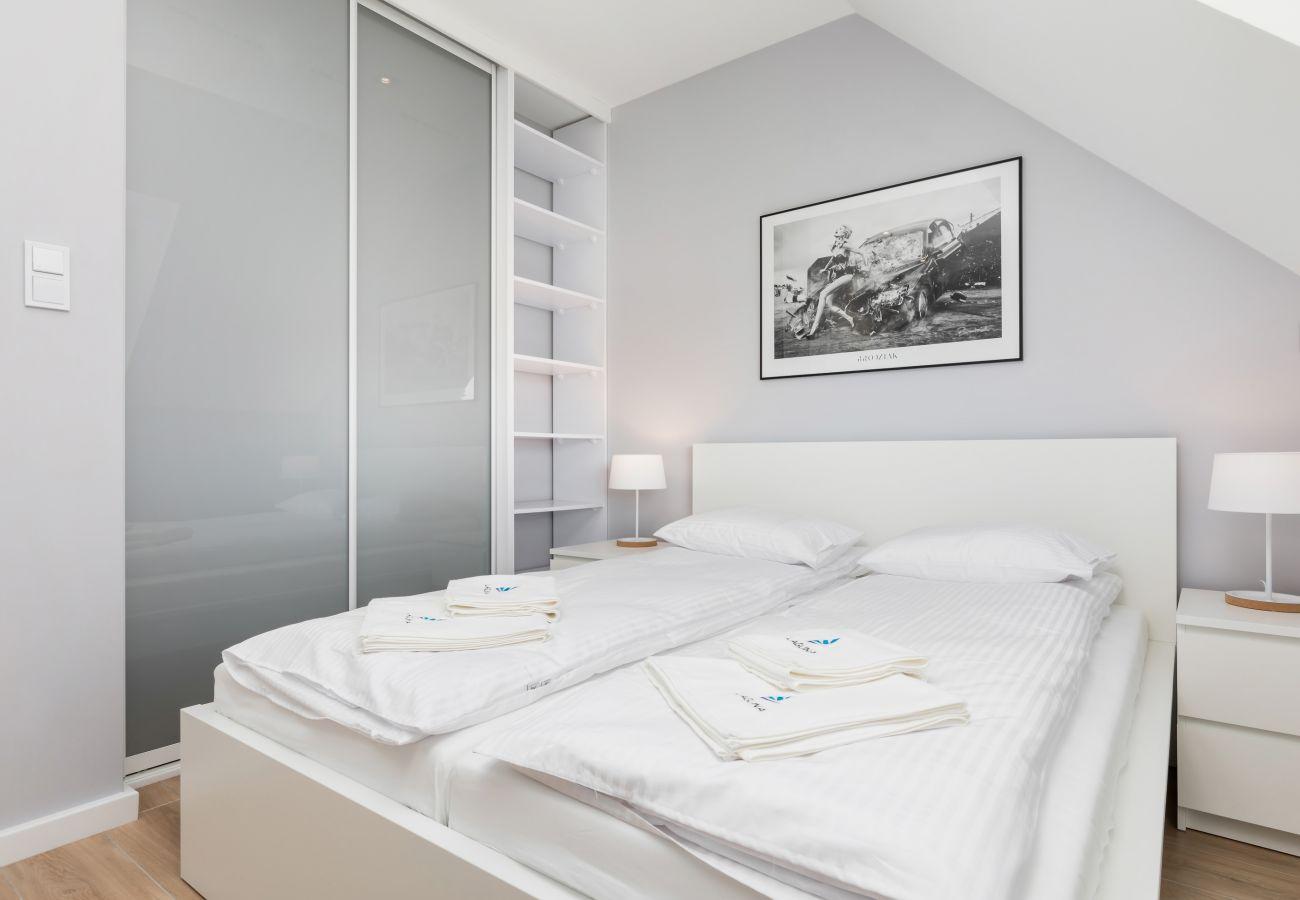 Schlafzimmer, Doppelbett, Kleiderschrank, Bettwäsche, Kissen, Miete