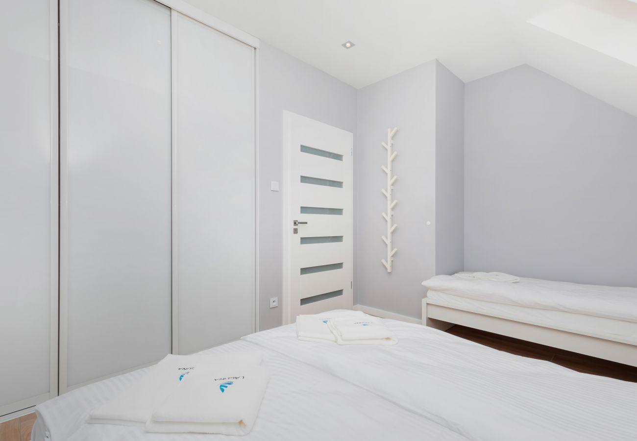 Schlafzimmer, Doppelbett, Einzelbett, Kleiderschrank, Bettwäsche, Kissen, Miete