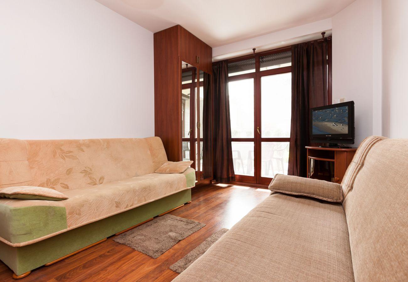 Wohnzimmer, Kleiderschrank, Sofa, Fernseher, Spiegel, Miete