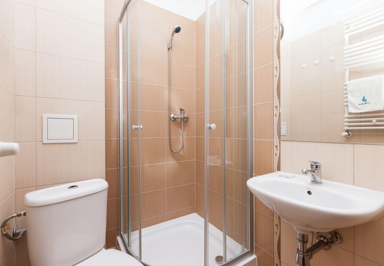 Bad, Dusche, Waschbecken, WC, Handtuch, Spiegel, Miete