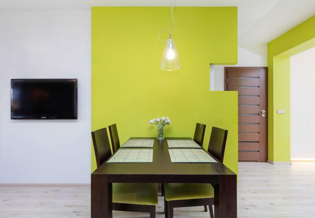 Wohnzimmer, Sofa, Couchtisch, TV, Küchenzeile, Essbereich, Esstisch, Stühle, Wohnung, Interieur, Miete