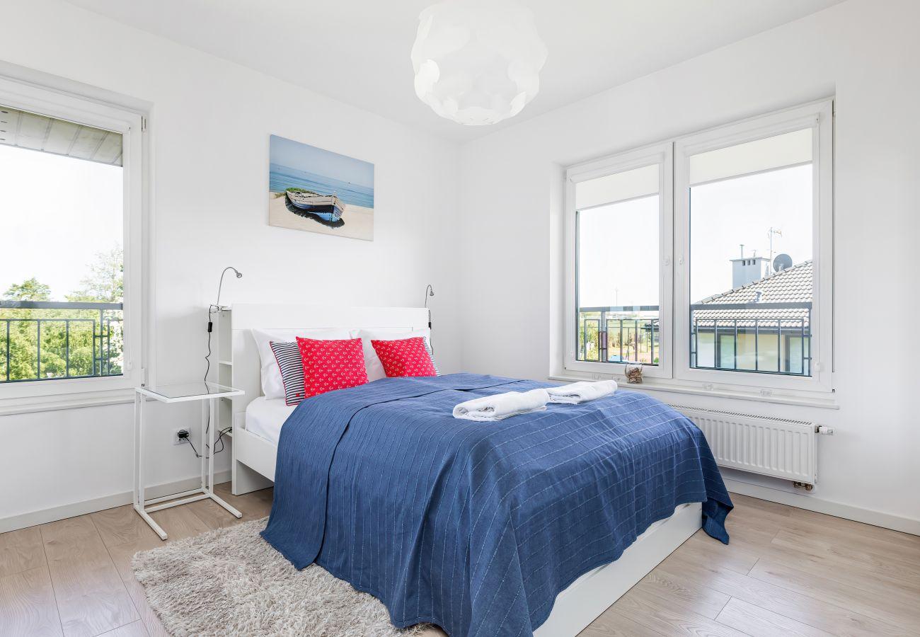 Schlafzimmer, Doppelbett, Nachttisch, Nachttischlampe, Bettwäsche, Kissen, Wohnung, Interieur, Vermietung, Wohnung
