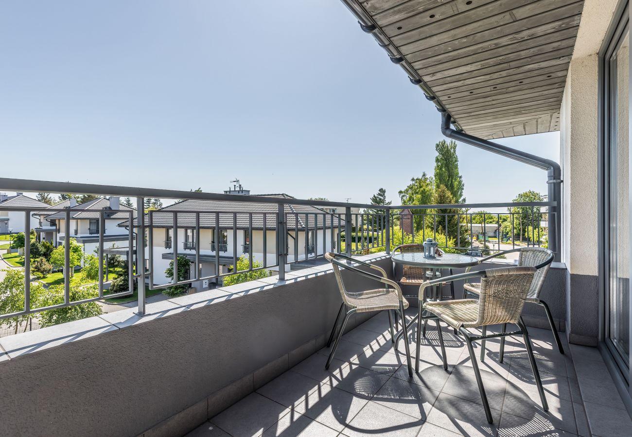 Balkon, Stühle, Tisch, Blick, Blick vom Balkon, draußen, Wohnung, Vermietung, Wohnung