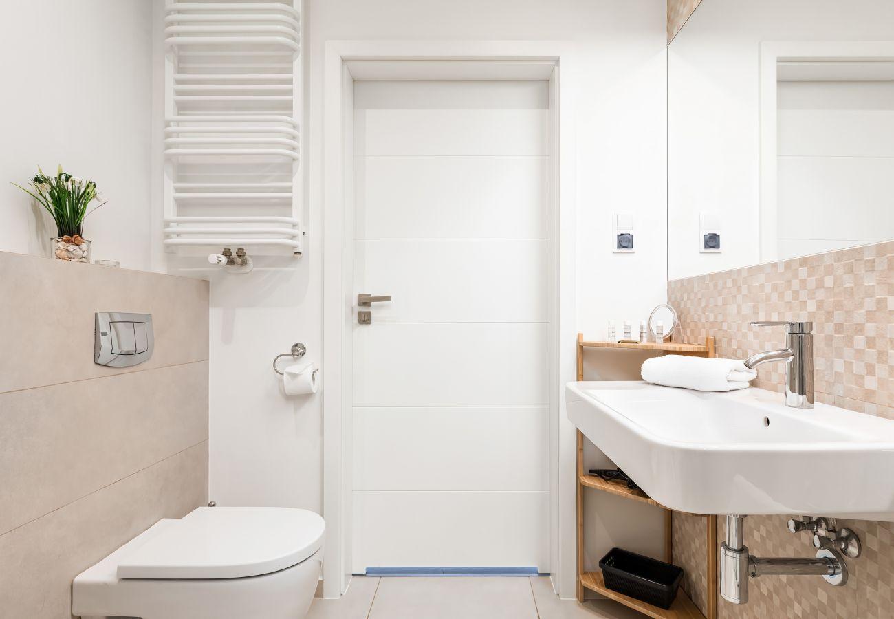 Bad, Dusche, Waschbecken, Toilette, Spiegel, Handtücher, Wohnung, Interieur, Vermietung