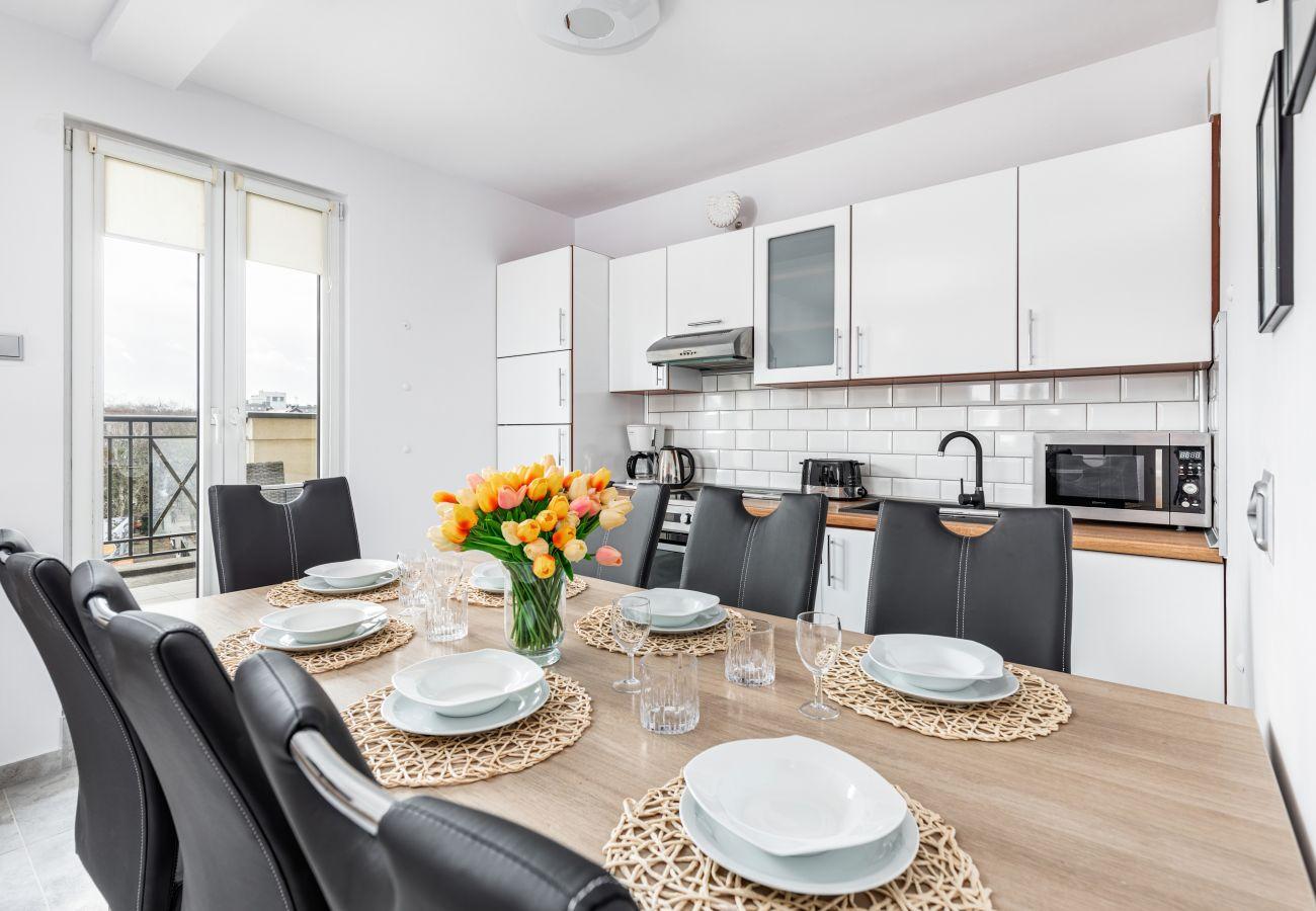 kitchen, kitchen cabinets, refrigerator, stove, oven, dishwasher, microwave, hood, toaster