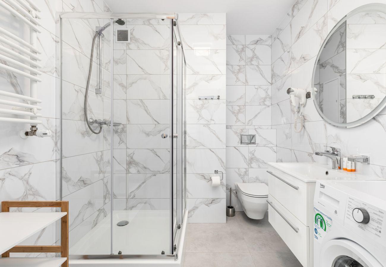 apartment, rent, accomodation, bathroom, toilet, shower, bathtub, towels