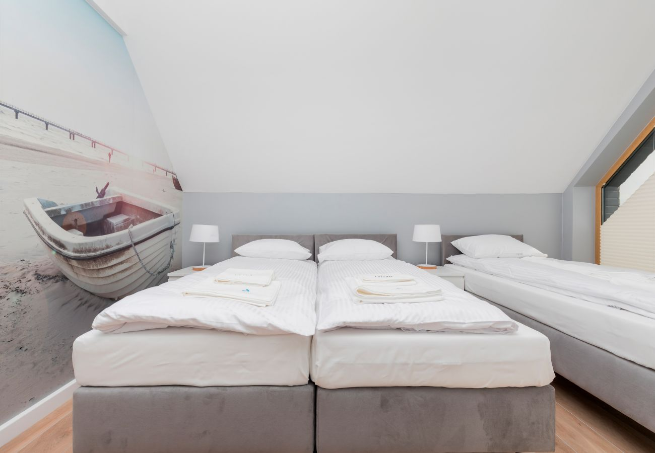 bedroom, single beds, night stand, night lamp, rent
