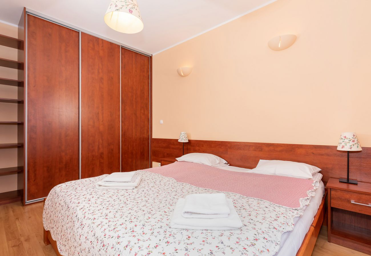 bedroom, double bed, wardrobe, nightstand, night lamp, bedding, pillows, towels, rent