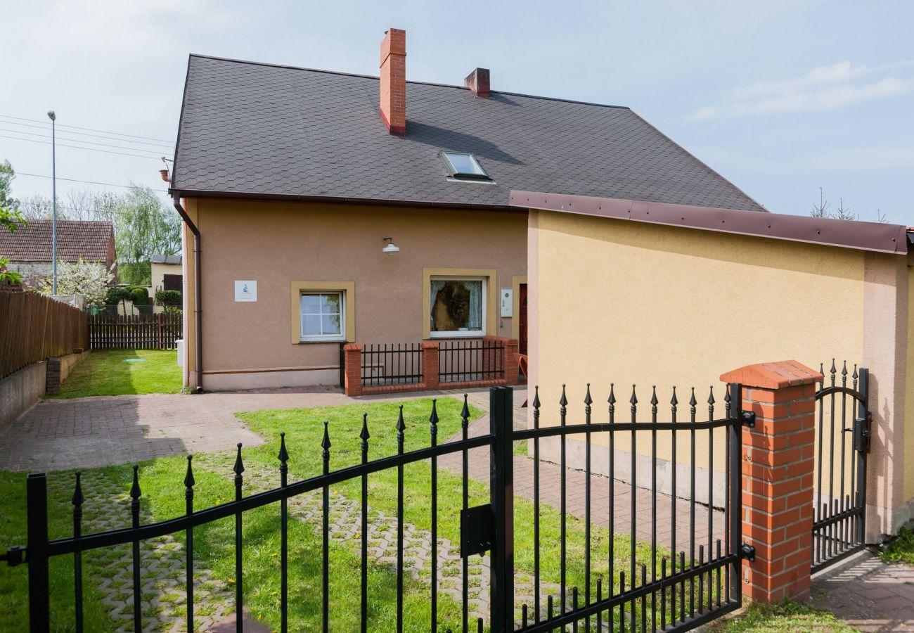 dom, ogród, płot, taras, parking, na zewnątrz