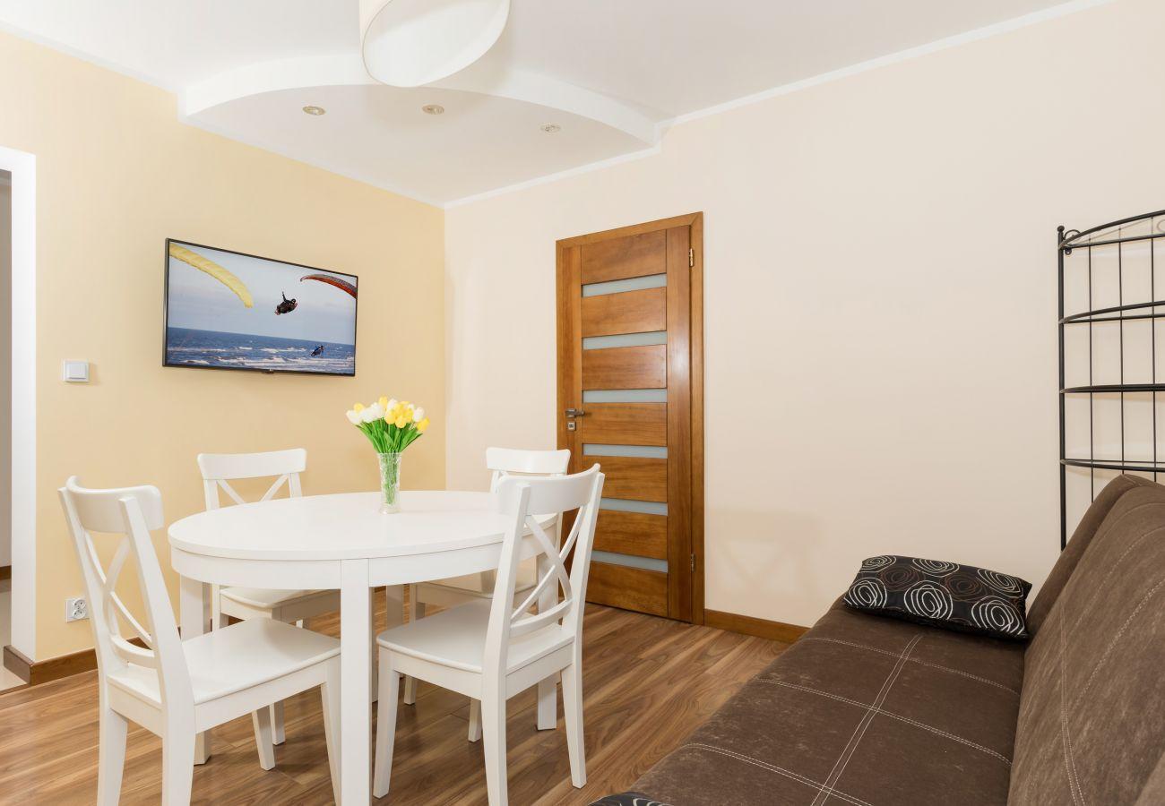 stół, krzesła, sofa, drzwi, telewizor