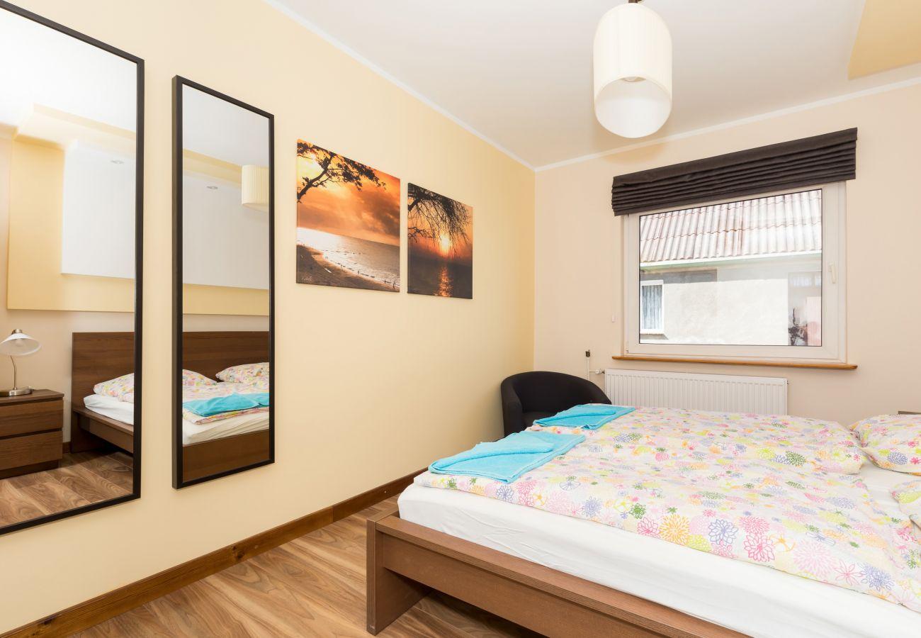 pokój, łóżko, lustro, fotel, obrazek, okno, pościel