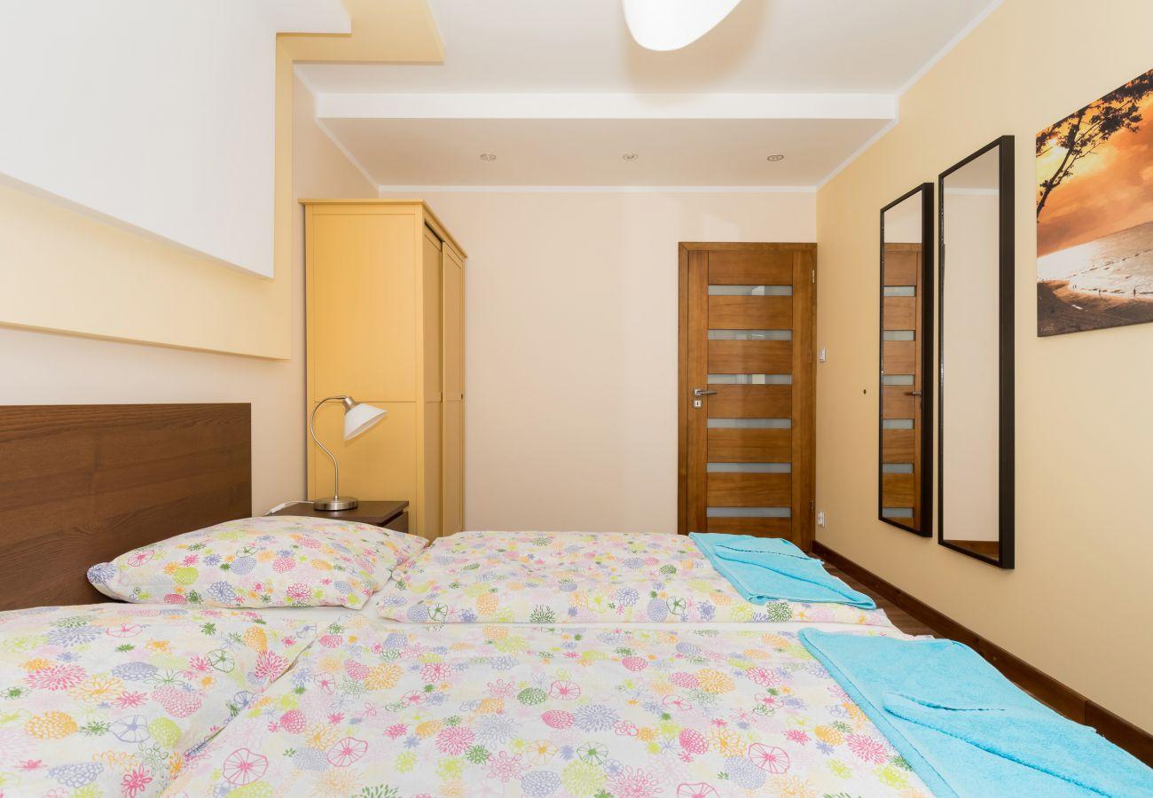 pokój, łóżko, szafa, lustro, obrazek, drzwi, pościel