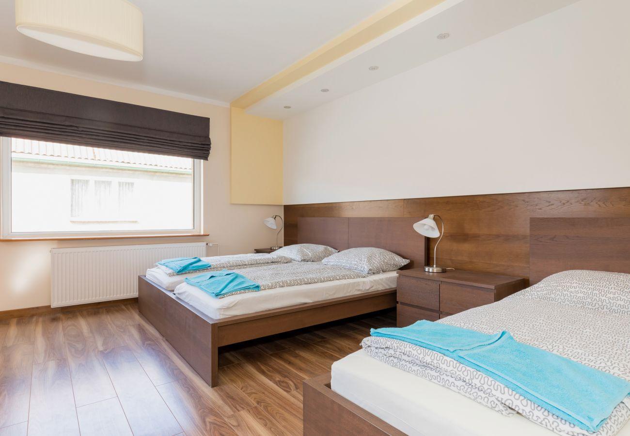 pokój, łóżko, stolik, lampka, okno, pościel
