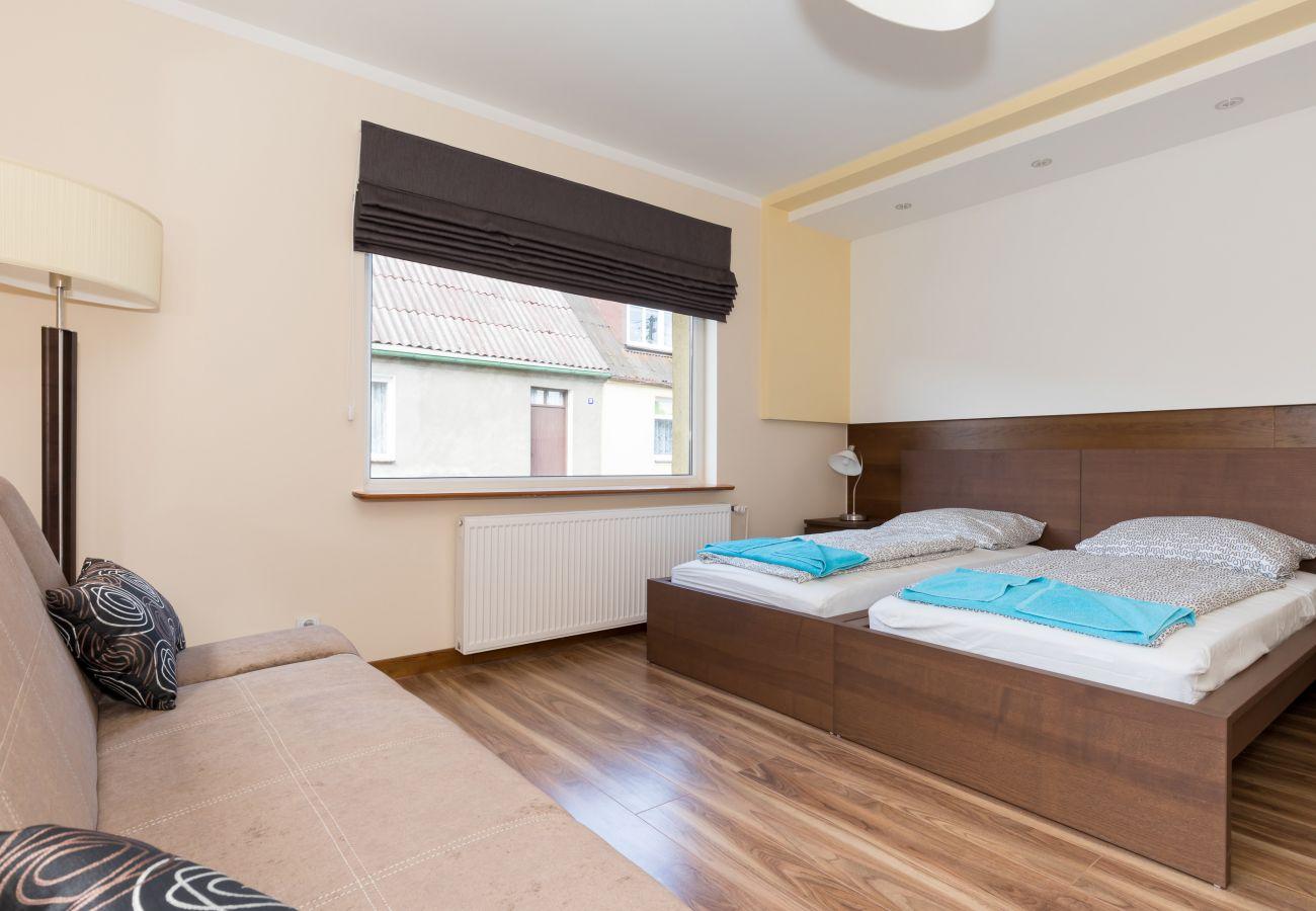pokój, łóżko, sofa, fotel, lampa, okno, pościel