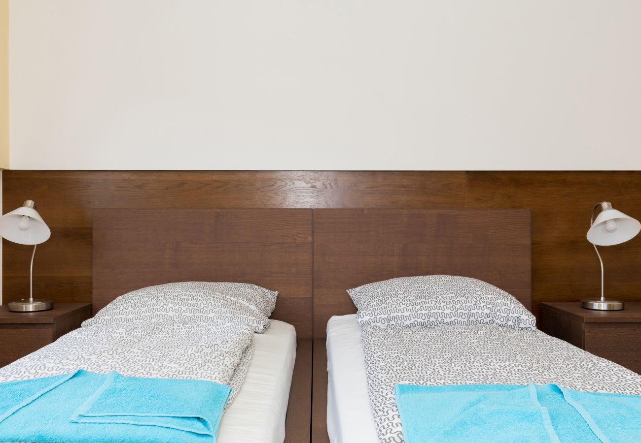 pokój, łóżko, lampka, szafka, pościel