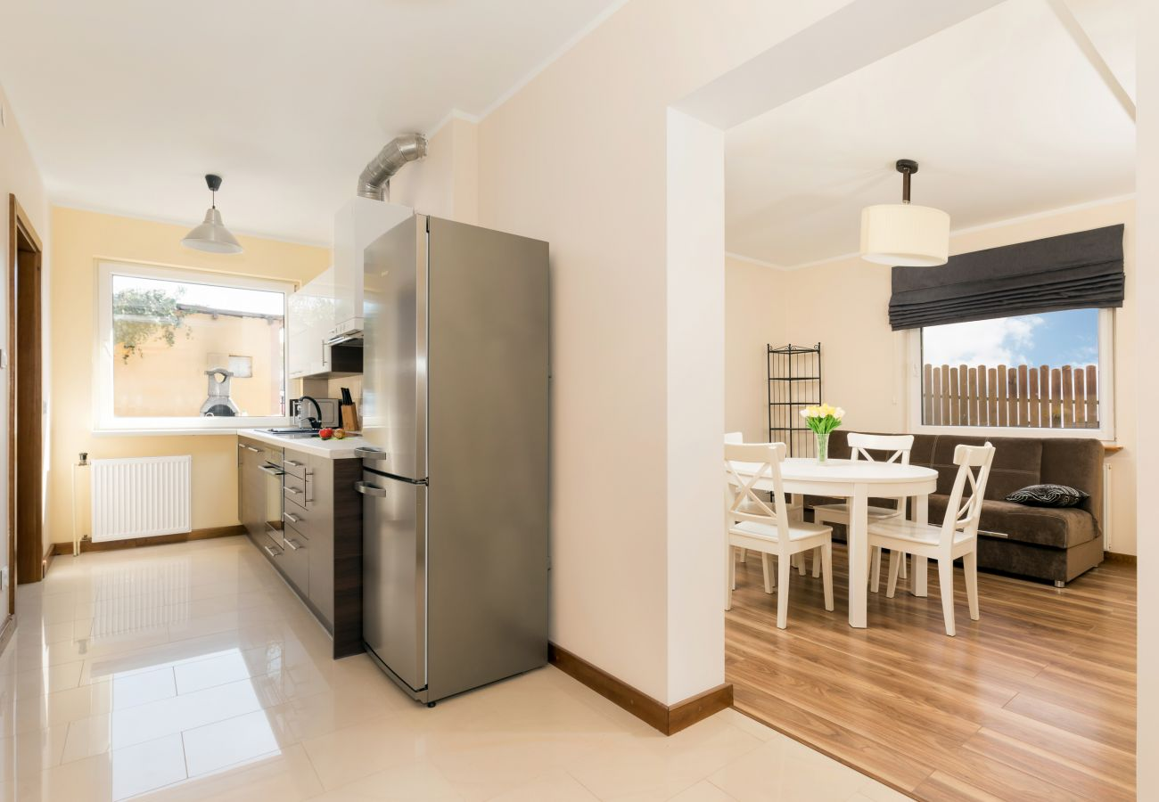 kuchnia, pokój, okno, lodówka, stół, krzesła