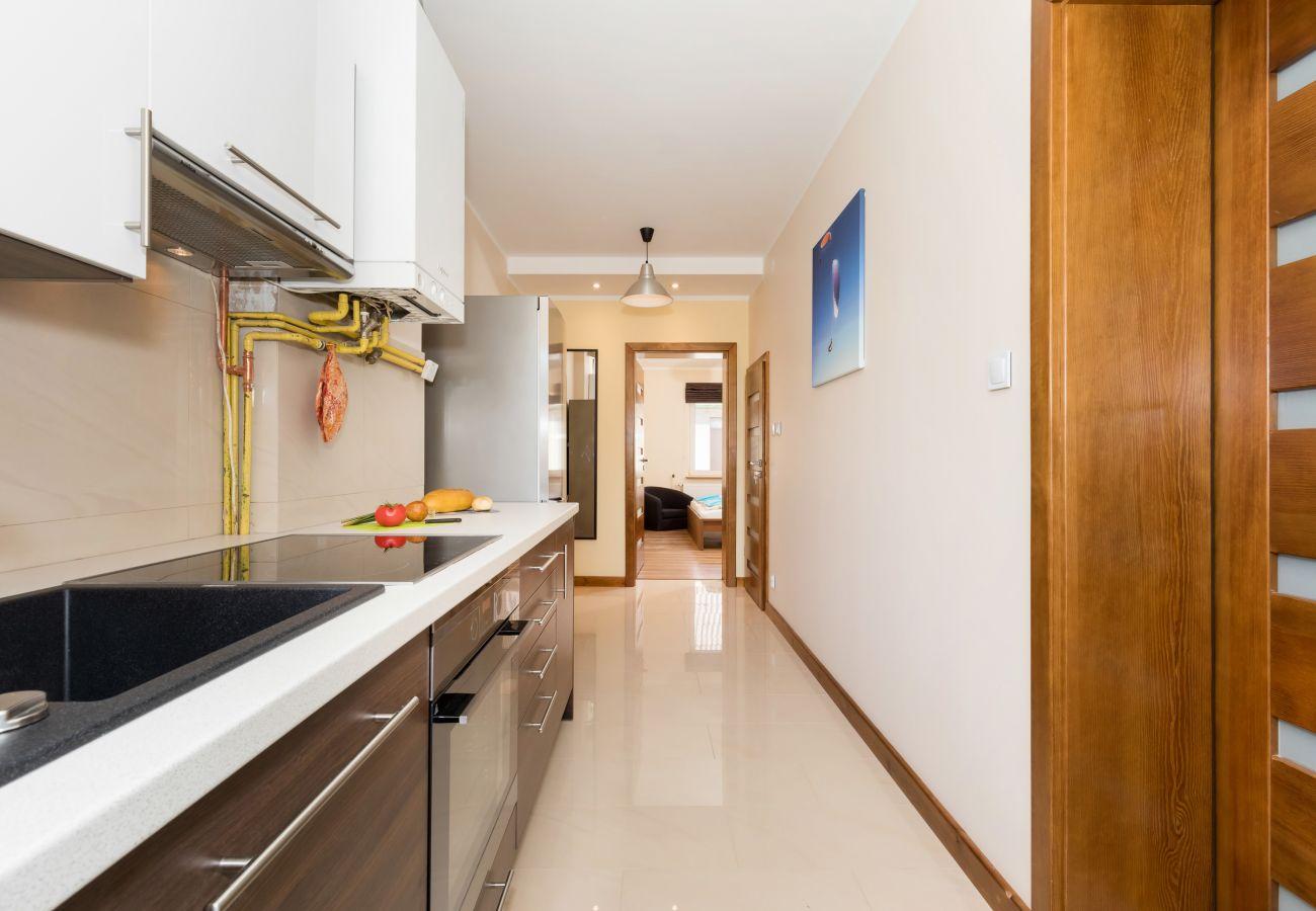 kuchnia, zlewozmywak, szafki, drzwi, lodówka, narzędzia kuchenne