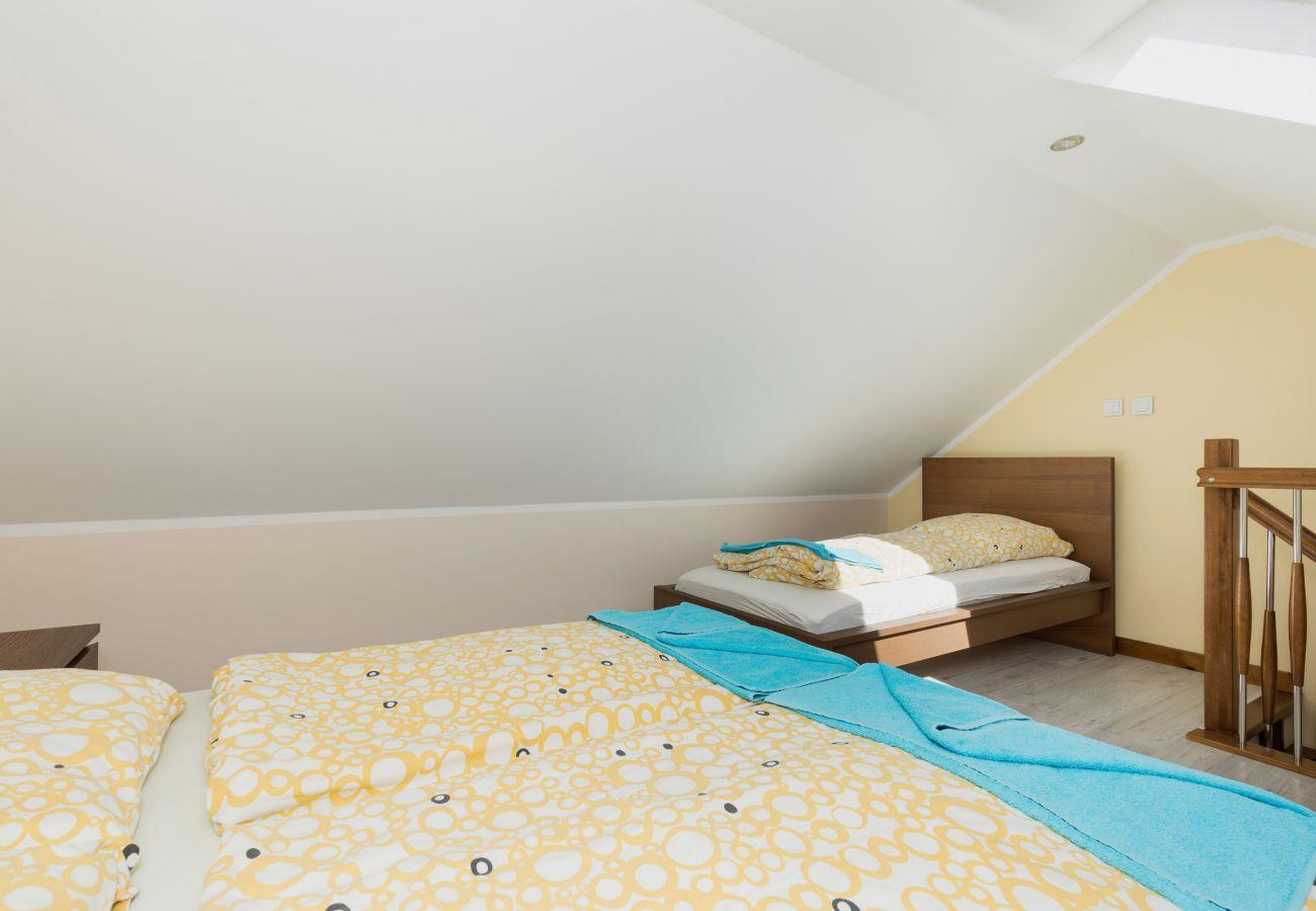 pokój, łóżko, pościel, schody