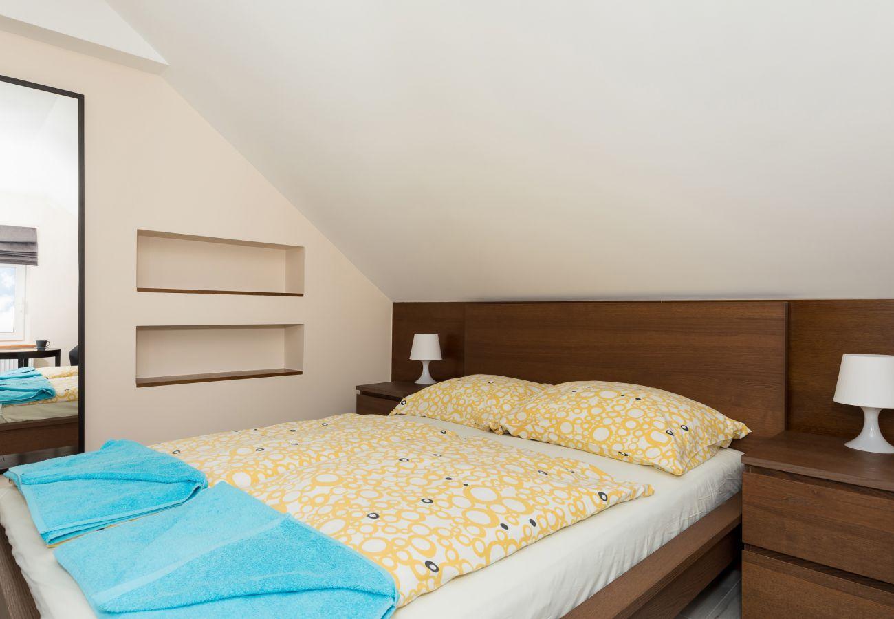 pokój, łóżko, stolik, lampka, lustro, pościel