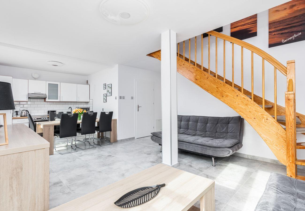 apartament, wynajem, nocleg, pokój, sofa, stolik kawowy, schody, aneks kuchenny