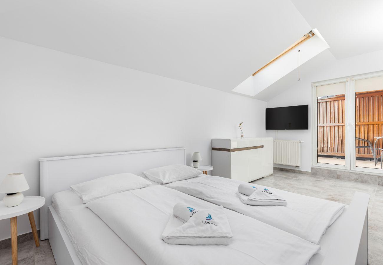 apartament, wynajem, nocleg, pokój, łóżko, szafka nocna, lampka nocna, okno, balkon, obraz
