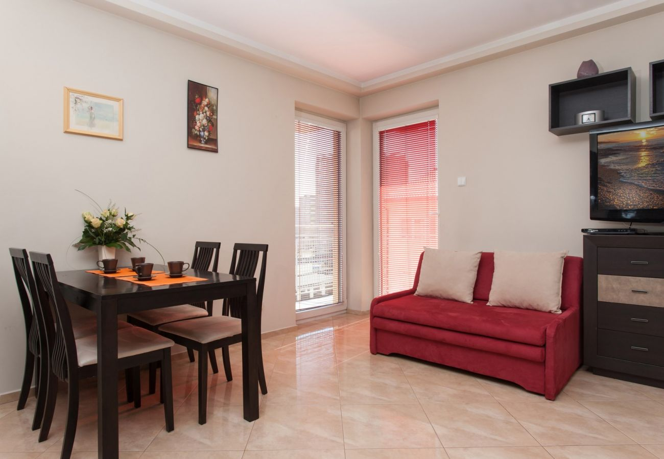 pokój, fotel, TV, stół, krzesła, balkon