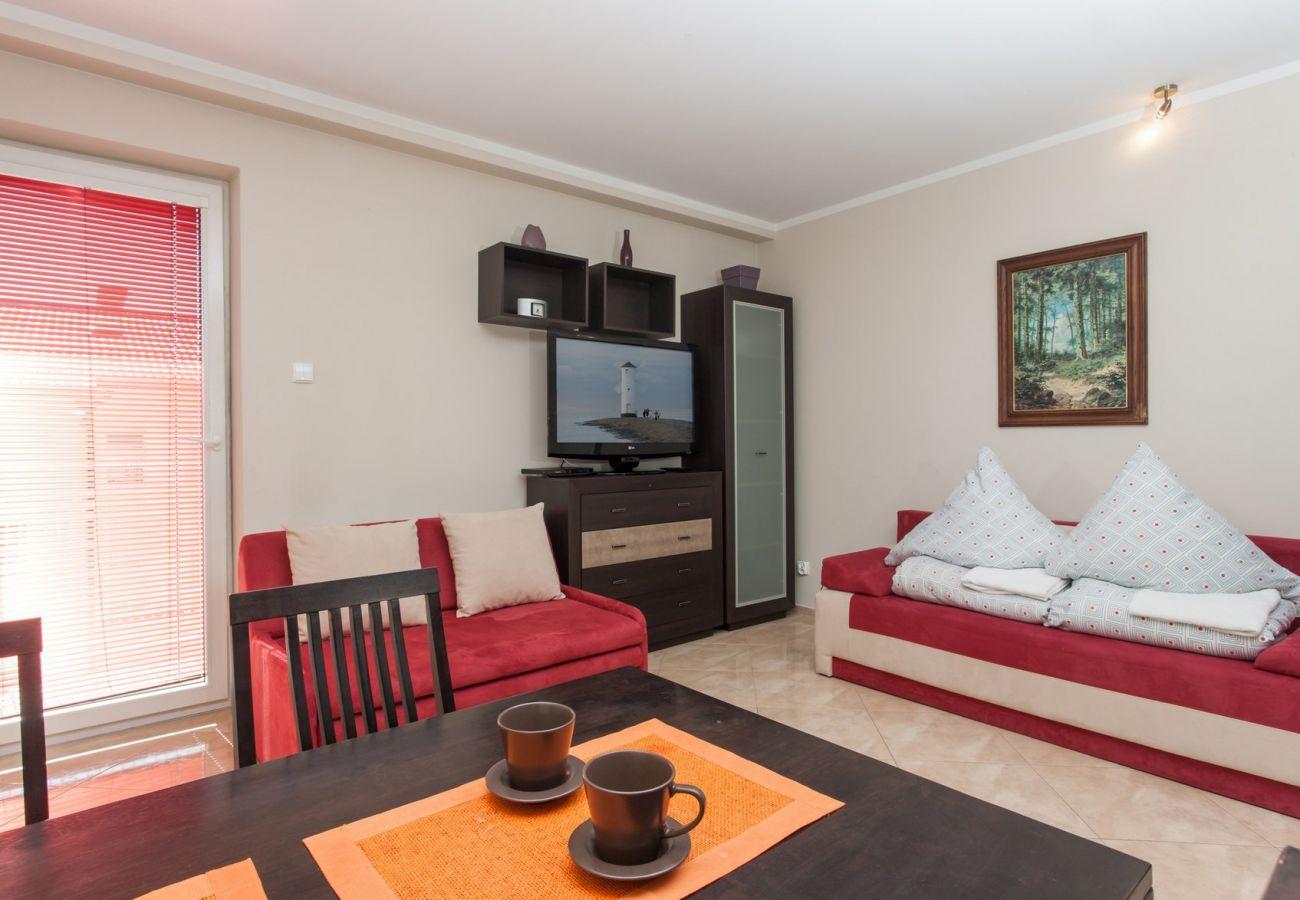 pokój, sofa, fotel, TV, szafa, stół, krzesła, lampa, balkon, obraz