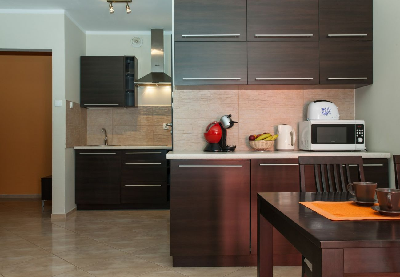 kuchnia, stół, krzesła, mikrofala, toster, szafki kuchenne