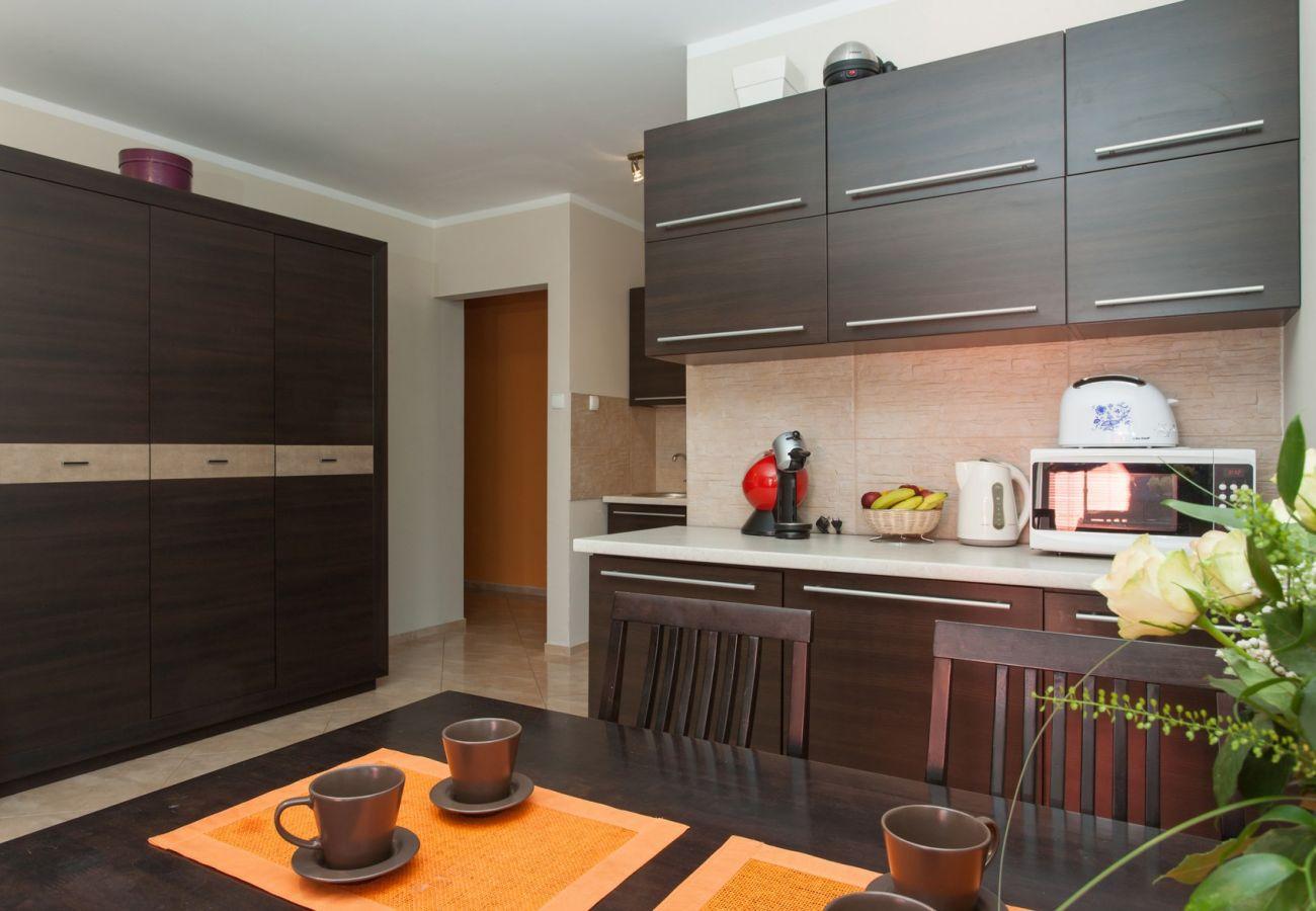 kuchnia, stół, krzesła, mikrofala, toster, szafki kuchenne, szafa