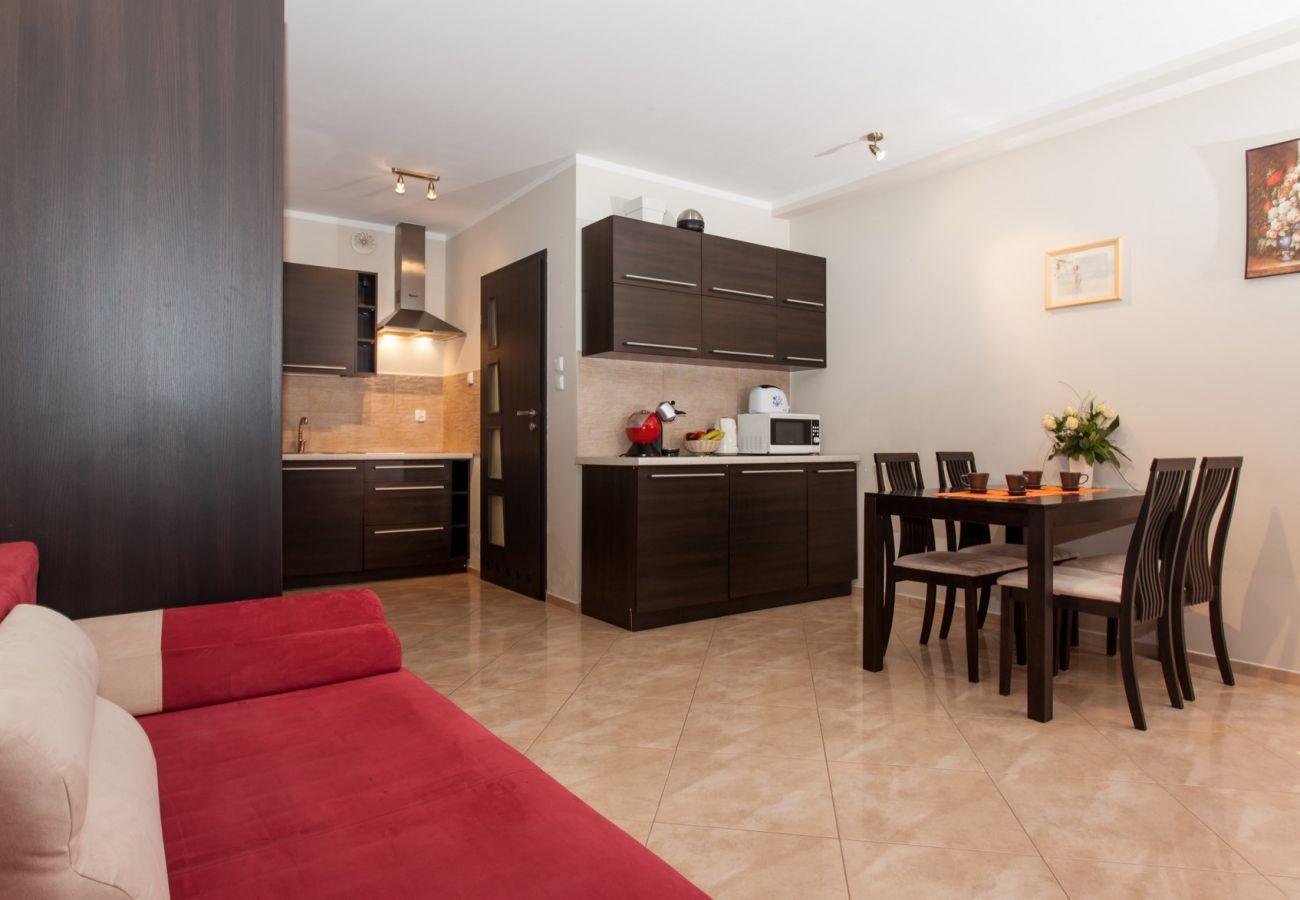 pokój, stół, krzesła, sofa, aneks kuchenny
