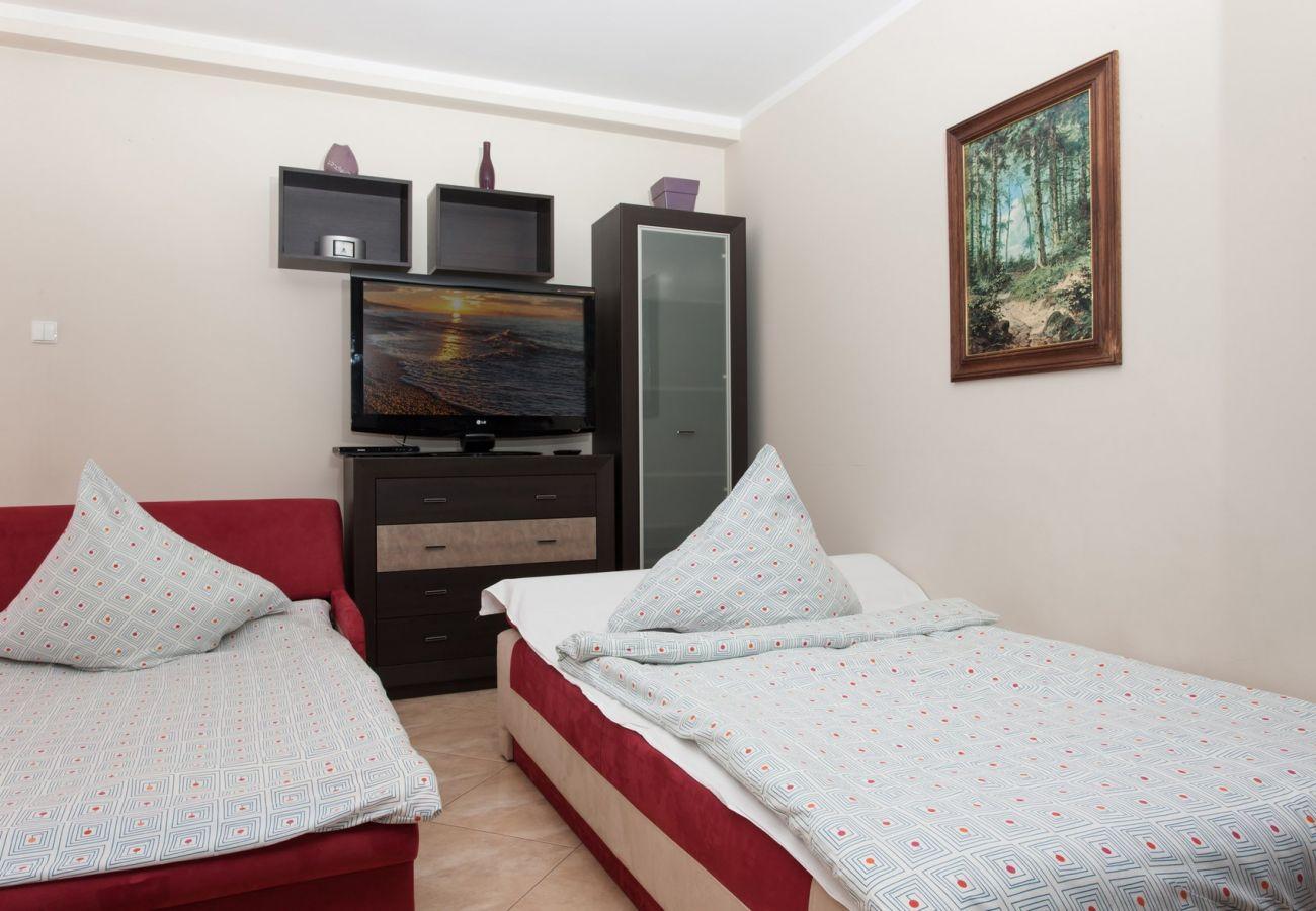 pokój, sofa, fotel, TV, szafa, stół, krzesła, lampa, obraz