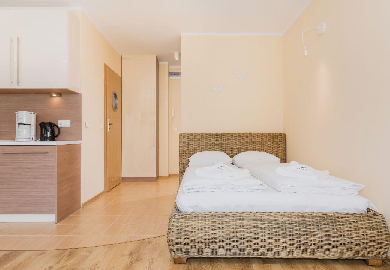 pokój, łóżko, pościel, aneks kuchenny