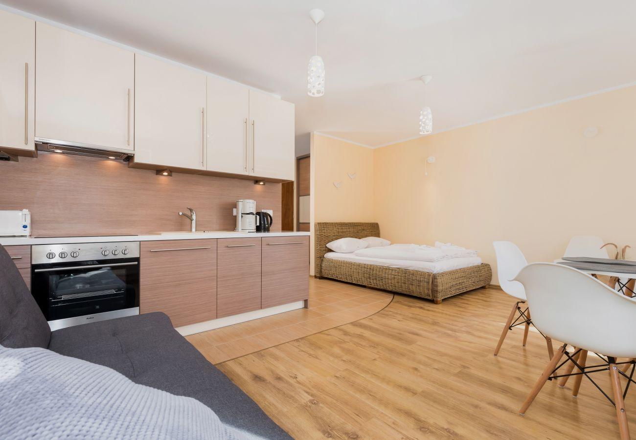 pokój, łóżko, krzesła, pościel, aneks kuchenny