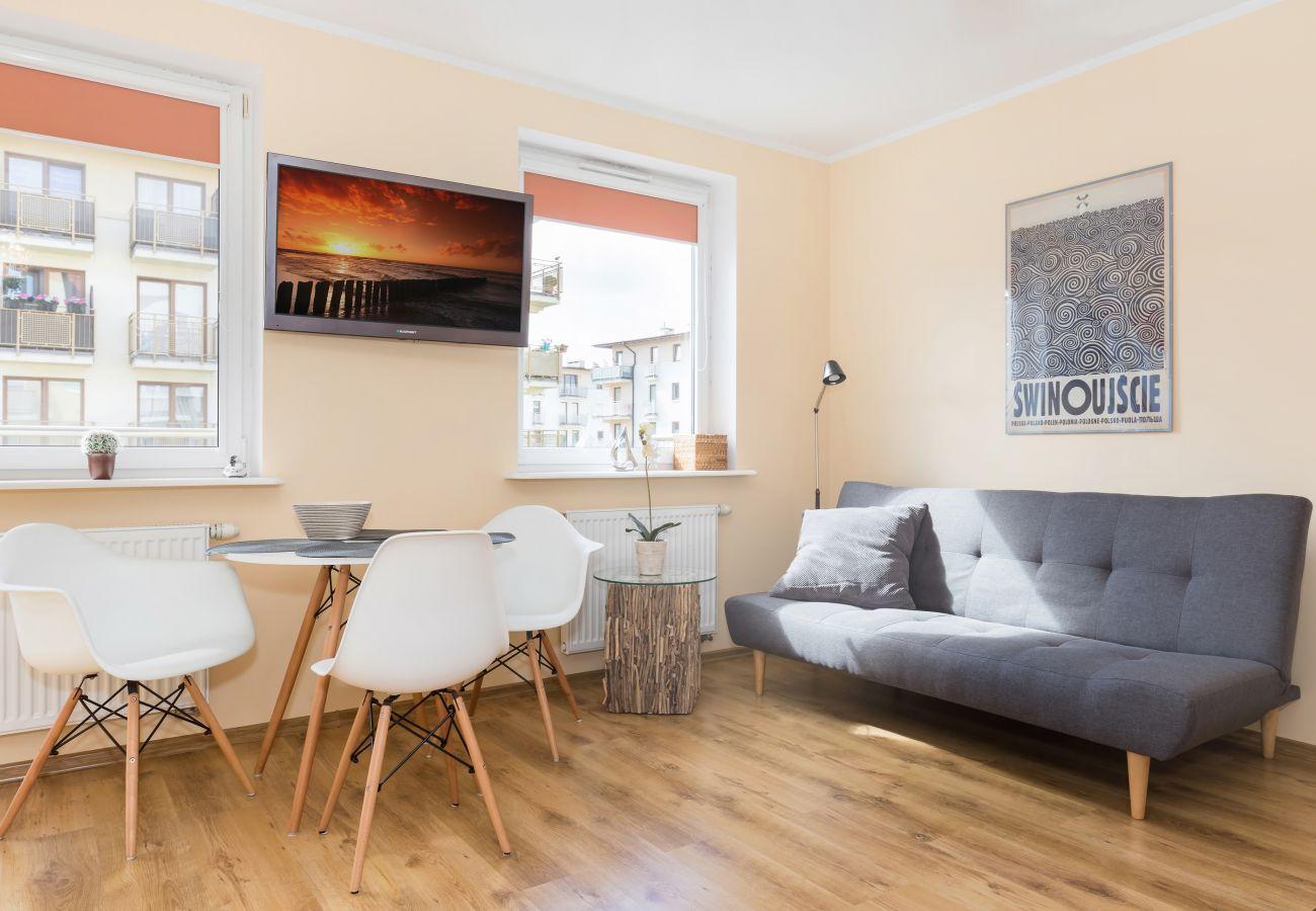 pokój, sofa, stół, krzesła, okno, widok, wystrój