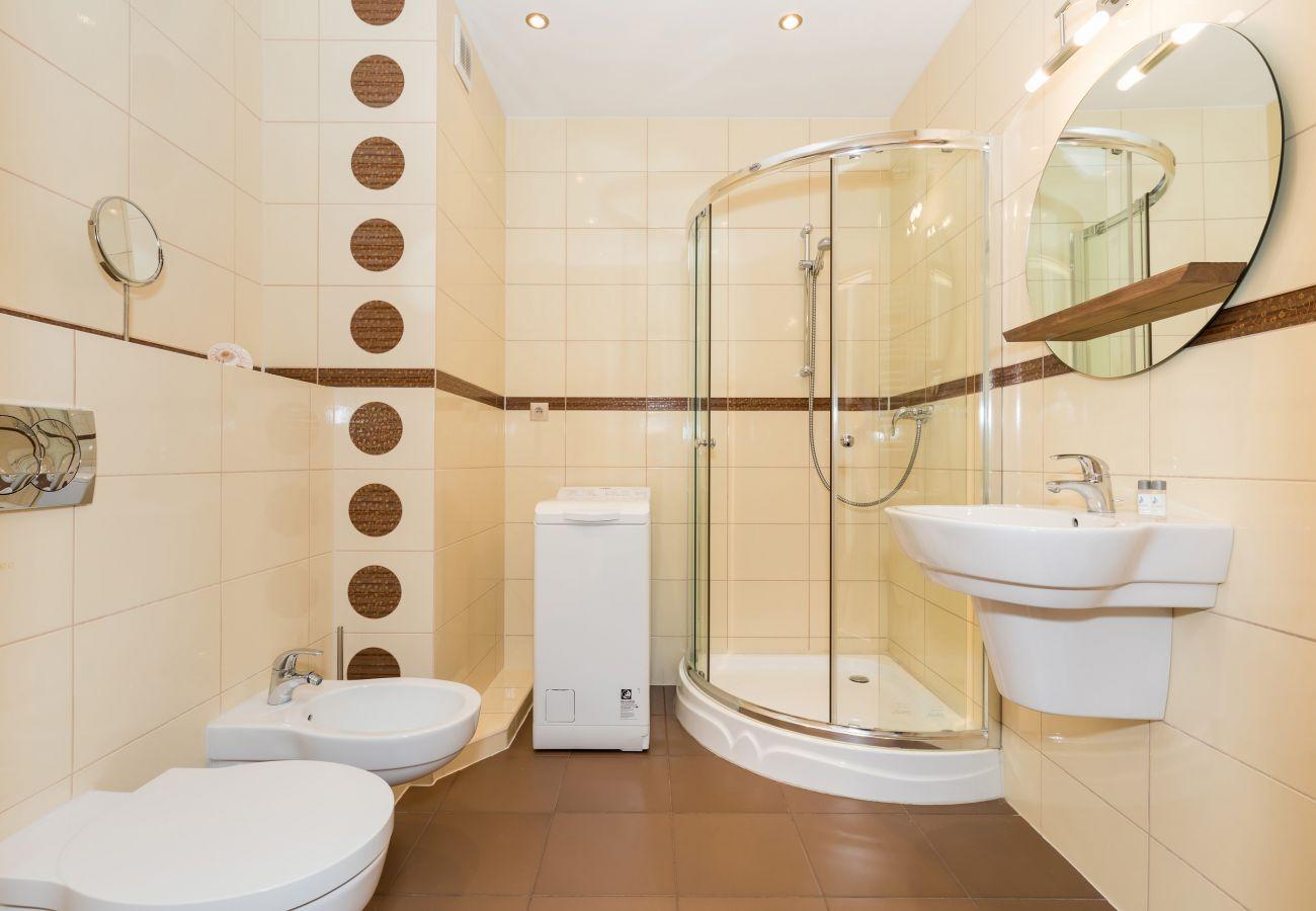 prysznic, WC, bidet, umywalka, lustro, pralka