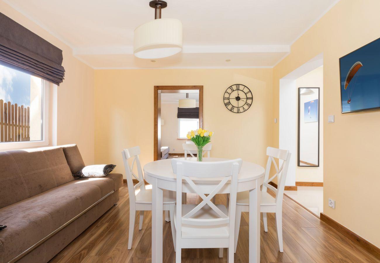 pokój, stół, krzesła, sofa, drzwi, okno, telewizor