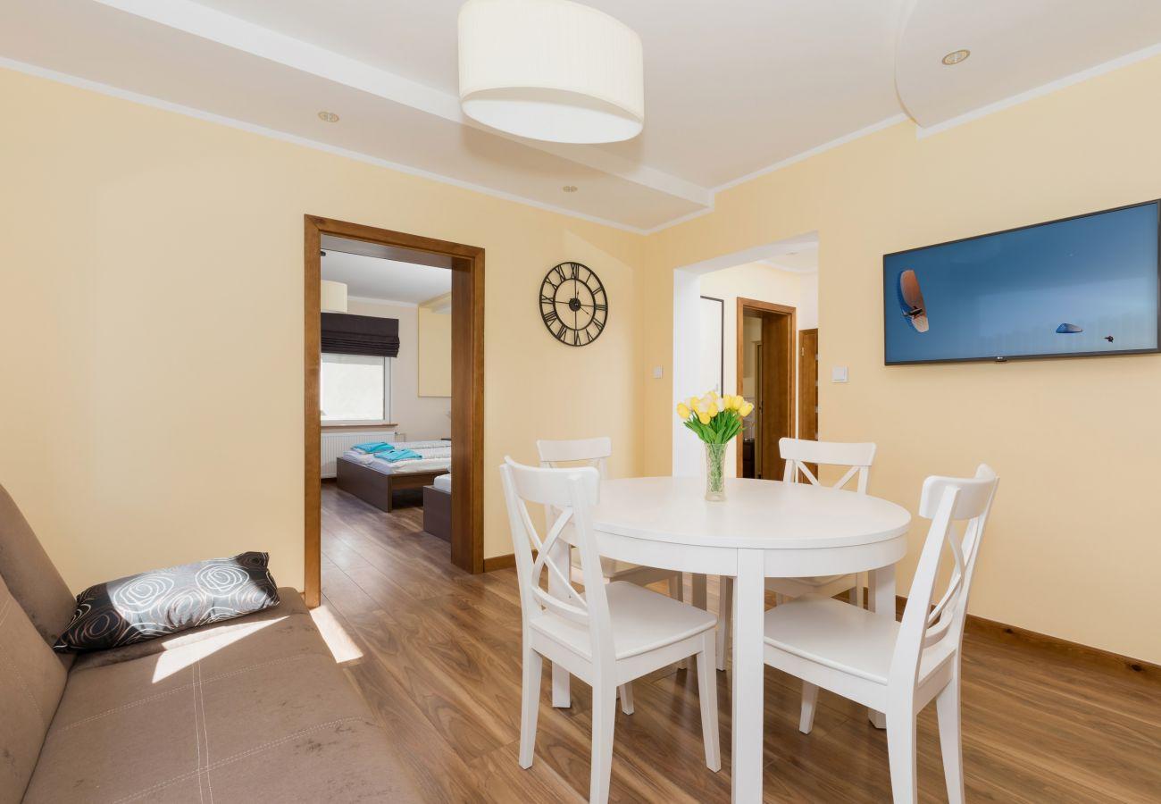 pokój, stół, krzesła, sofa, drzwi, telewizor
