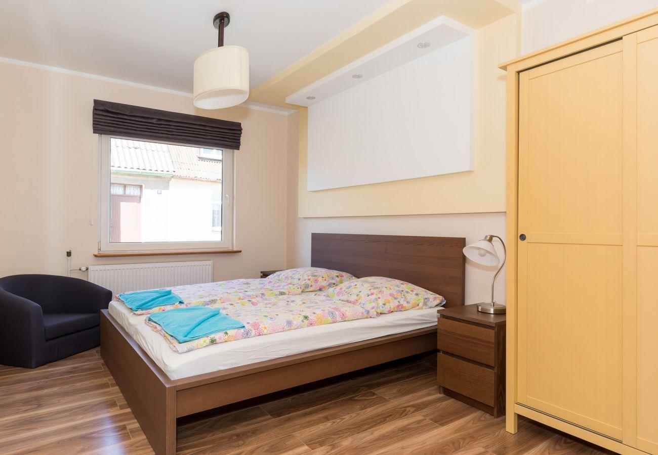 pokój, łóżko, szafa, fotel, stolik, lampka, okno, pościel
