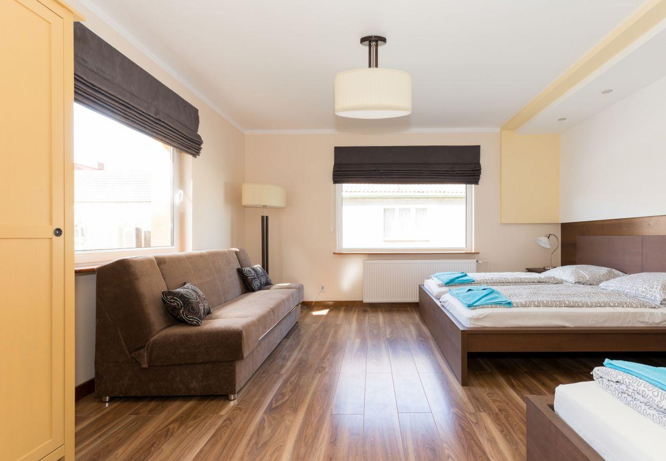 pokój, łóżko, sofa, fotel, lampka, okno, pościel