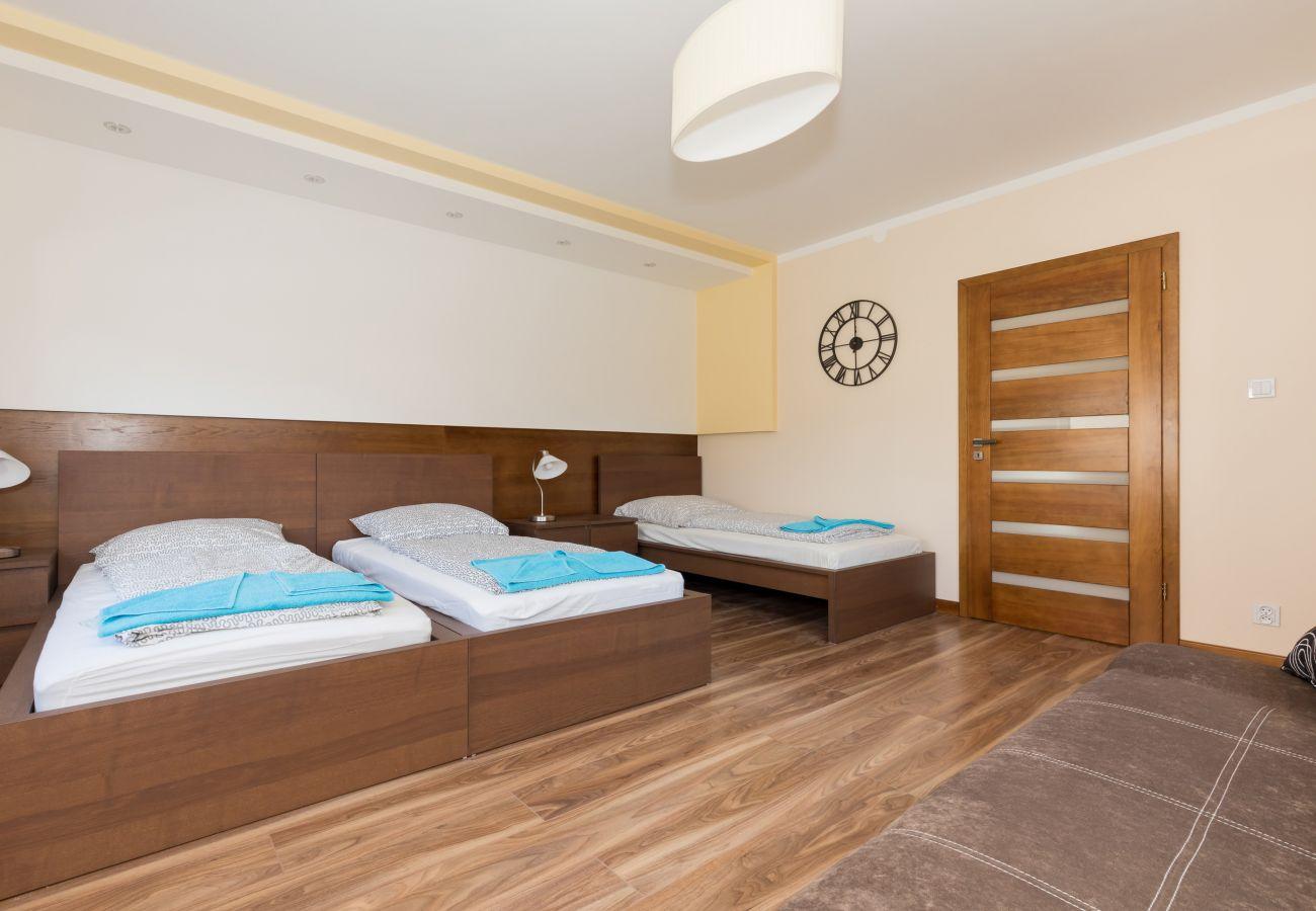 pokój, łóżko, sofa, lampka, drzwi, pościel