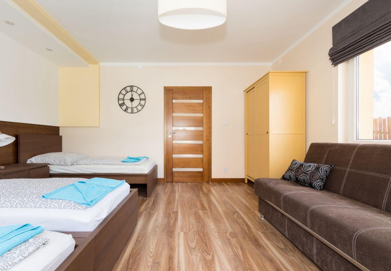 pokój, łóżko, szafa, sofa, drzwi, lampka, okno, pościel