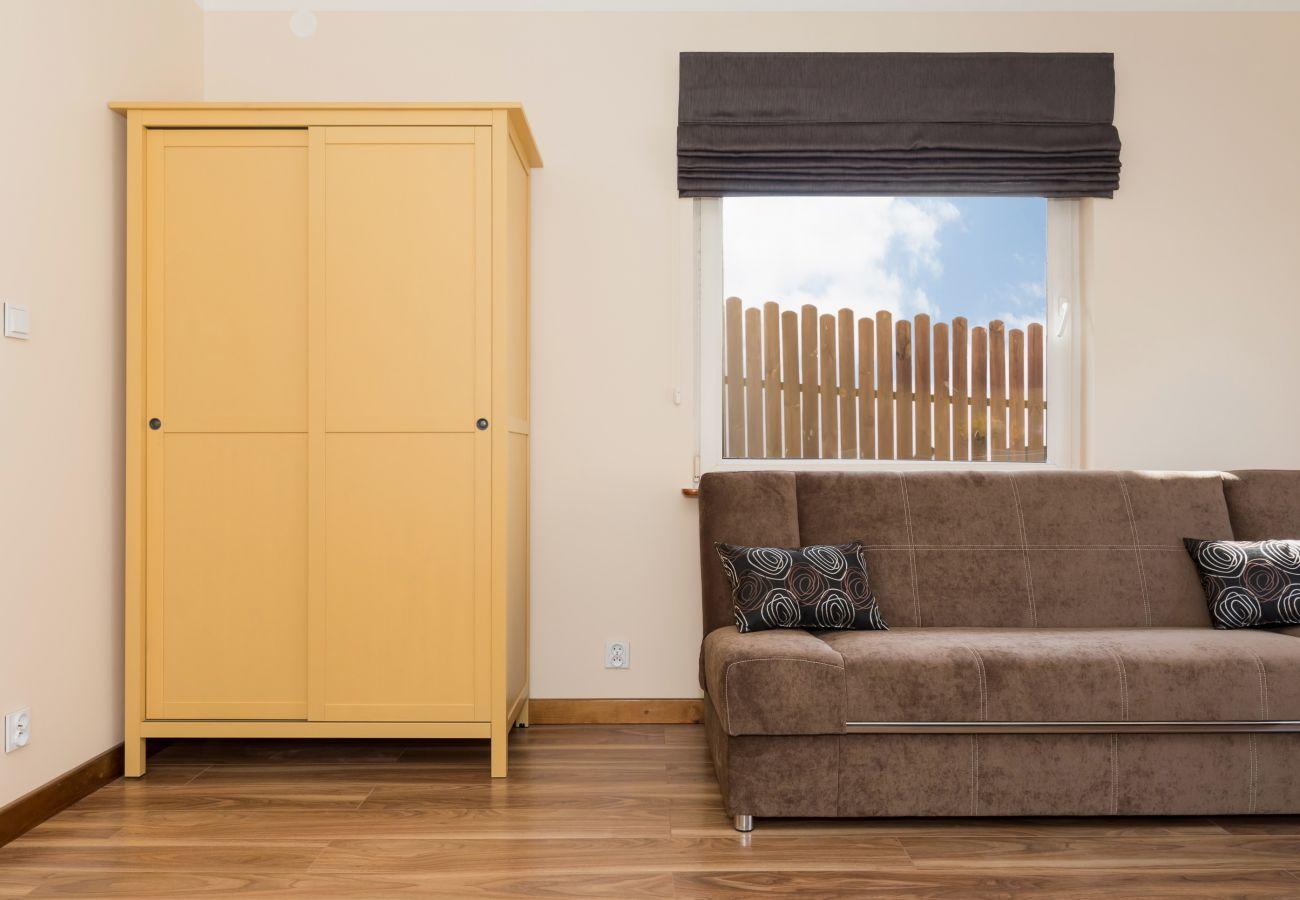 pokój, sofa, szafa, okno