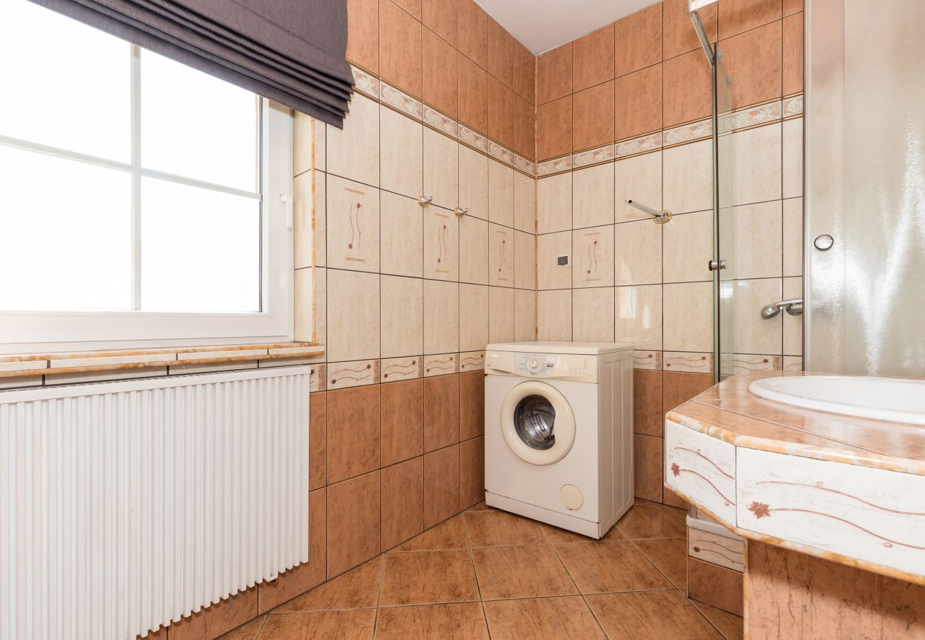 łazienka, grzejnik, pralka, okno, prysznic, umywalka