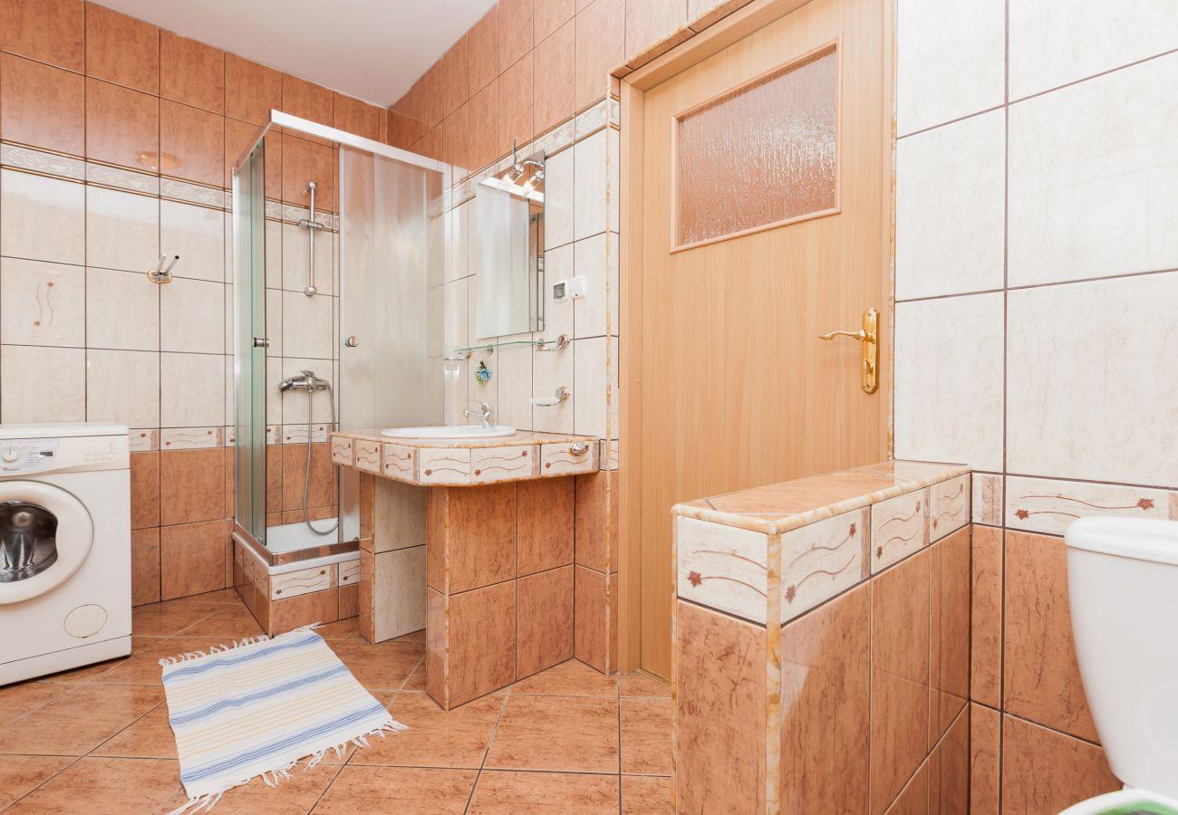łazienka, WC, pralka, okno, prysznic, umywalka