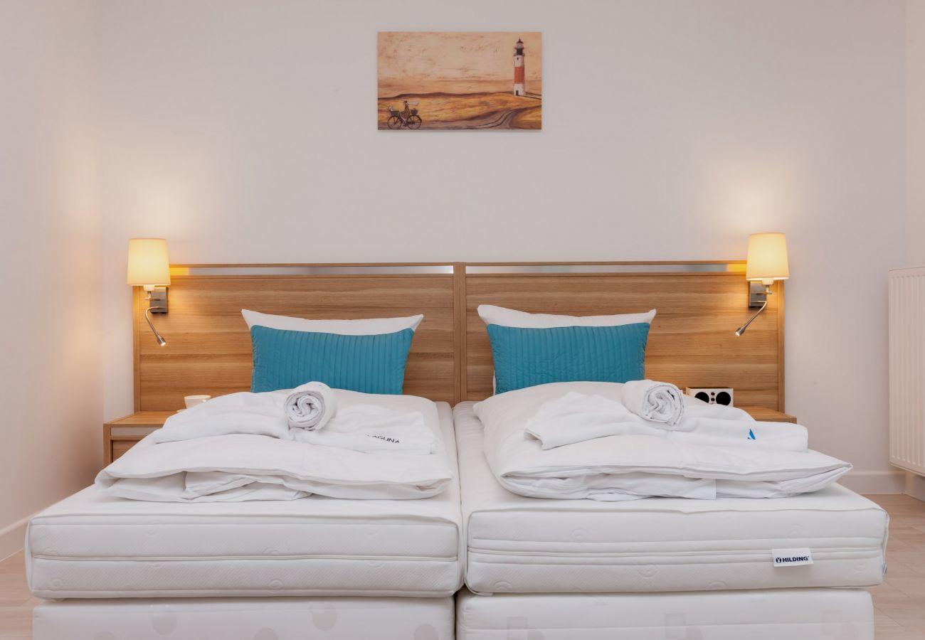 sypialnia, łóżko, lampka nocna, szafka nocna, obraz
