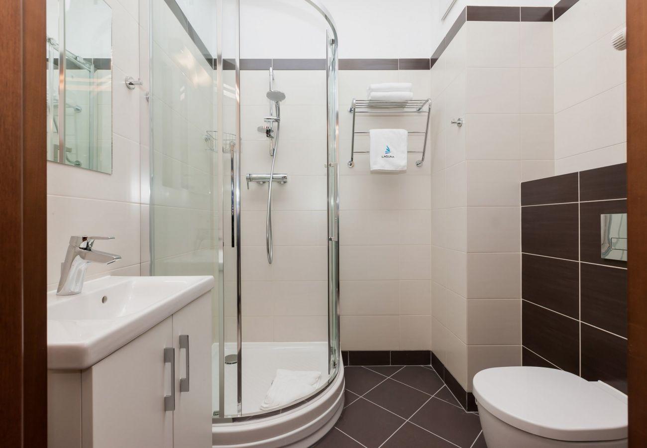 łazienka, prysznic, WC, umywalka, lustro, ręcznik